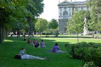 草坪上休息的人