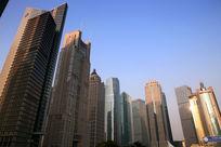蓝天下的上海陆家嘴金融中心魔天大楼