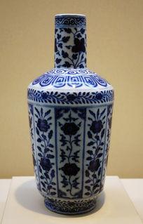 青花折枝花卉纹棒槌瓶