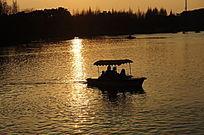 上海大宁灵石公园南湖夕阳景象