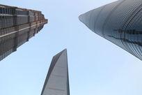 仰视陆家嘴上海中心高楼交会
