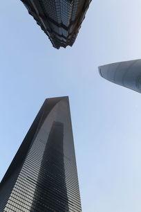 仰视上海三大高楼交会