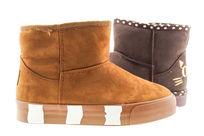 时尚的雪地靴