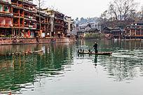 湘西凤凰古镇沱江上的打渔人