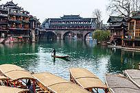湘西凤凰古镇沱江上的古廊桥