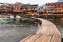 湘西凤凰古镇沱江上的木板桥