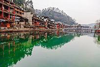 湘西凤凰古镇沱江上的水面倒影