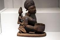 跪姿捧钵的母与子木雕