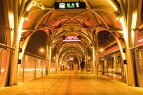 快速公交站台夜景