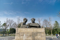 蓝天下的毛泽东雕像