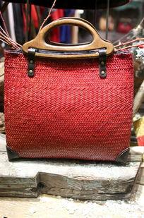 红色藤编女士手提包