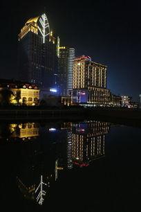 上海外滩大楼水中夜景倒影