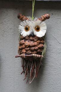 松树球制作的猫头鹰玩具装饰