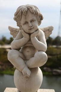 长翅膀的天使男孩沉思石雕