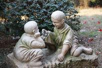带红领巾的小男孩景观雕像