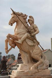 古代欧洲骑战马的勇士石雕像