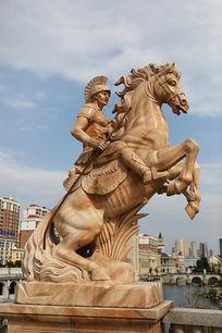 古代骑战马的欧洲勇士雕像