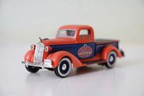 红色玩具卡车模型