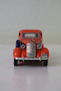 红色玩具卡车正面
