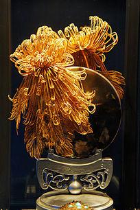 黄金制作的菊花饰物