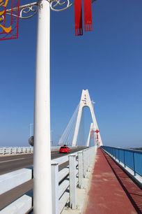 蓝色天空下的清澜大桥