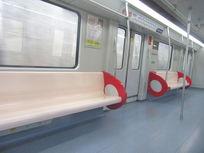 安静的地铁车厢内