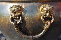 故宫铜水缸上的狮面吊环