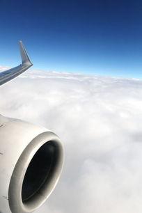 航拍透蓝的天空和飞机
