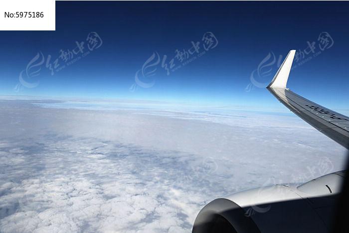 航拍云海上的飞机图片