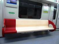 空无一人的地铁车厢座位