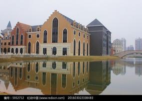河岸上的欧洲小镇
