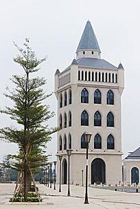 欧洲风情酒吧街里高大的灰色孤独钟楼