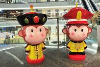 皇宫侍卫装与皇帝装的猴子雕塑