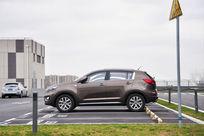 户外停车位上的咖色SUV汽车