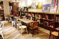 咖啡厅室内环境餐厅一角有书的餐厅