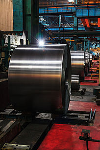 生产线上的热轧钢板
