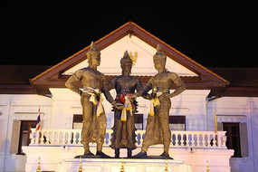 清迈广场的古代人物雕像