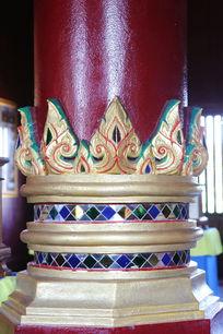 寺庙大梁上的雕花图案