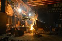 钢铁工人生产倒铁水