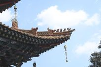 挂着风铃的寺庙一角