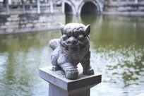 寺庙湖边的一尊大理石石狮