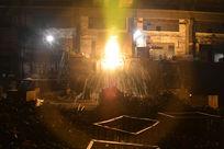 铁花四溅的钢铁生产工厂