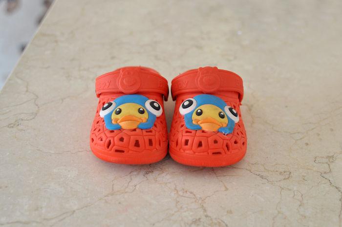 小朋友  小孩  孩童  鞋子  小鞋  红色  拖鞋  卡通  娃娃  鸭子