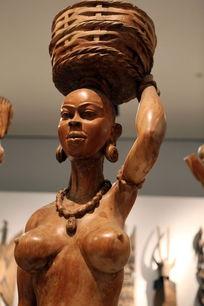 非洲雕刻鼎篮子的少女