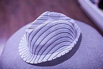 白色的休闲帽