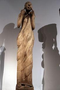 非洲雕刻穿裙子的高个女人