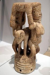 非洲雕刻狮子和女人