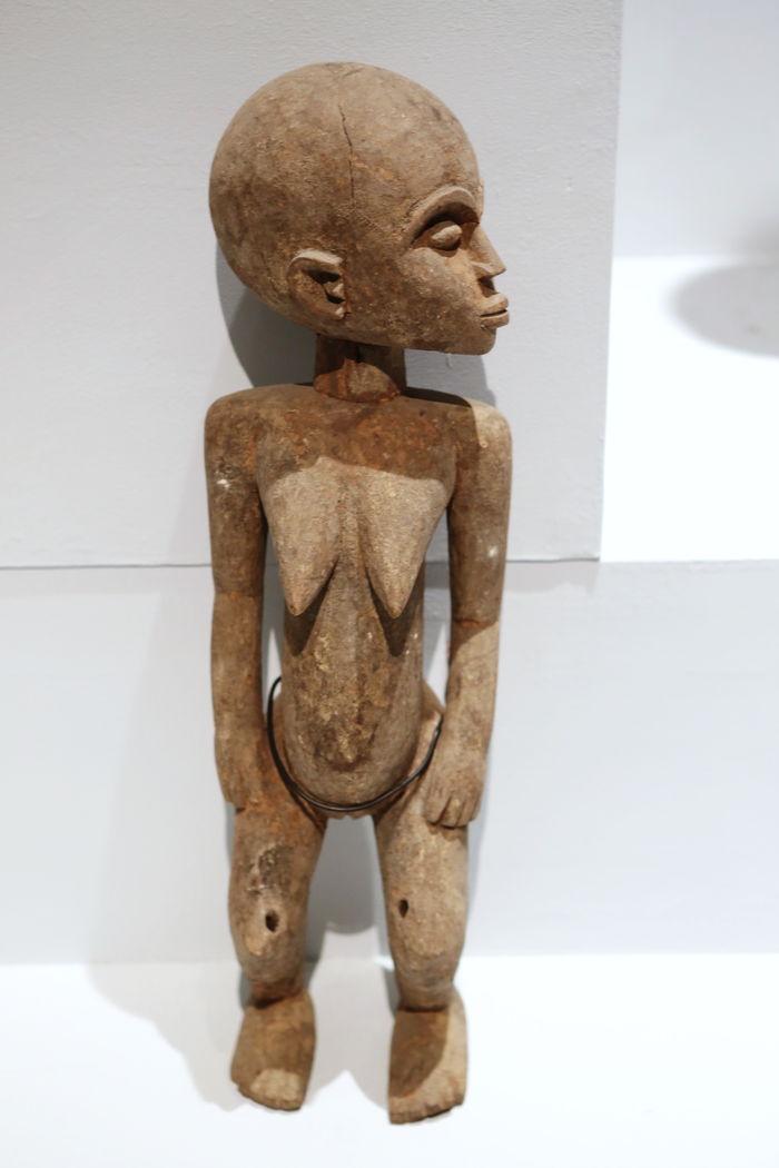 非洲木雕站姿少女图片