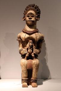 非洲木雕坐姿抱孩子女人
