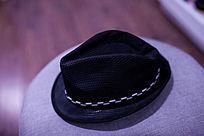 黑色的帽子